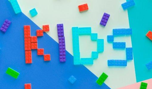 Legosteine bilden das Wort KIDS – Architektur macht Schule