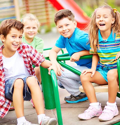 Architektur Macht Schule lachende Kinder auf Spielplatz Beitragsbild