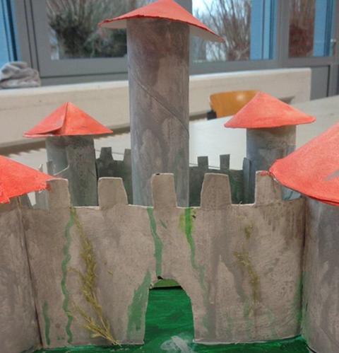 Frontansicht einer selbstgebaute Burg aus Pappe – Architektur macht Schule