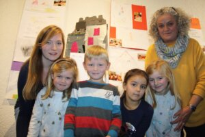 Präsentierten ihre Projekte (v. l.): Kim vom Hofe (Erzieherin DRK-Kita), Sophie, Maximilian, Leyla und Emily sowie Kornelia Haugk (Erzieherin)